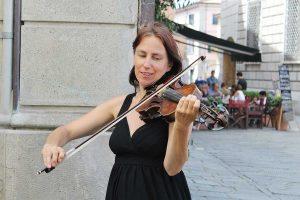 Katharina Mlitz-Hussain in Sarzana spielt Geige