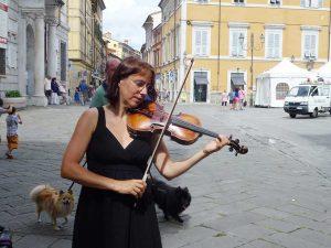 Katharina in Sarzana mit Hunden